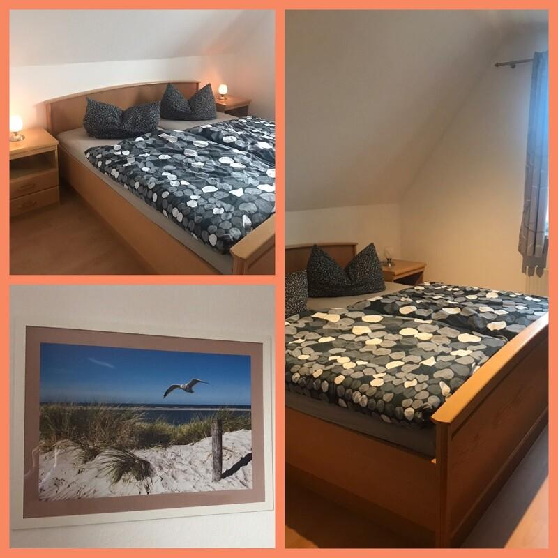 Doppelbett im Schlafzimmer mit zwei Nachttischen und einem Wandbild von einer Düne am Strand und einer fliegenden Möwe