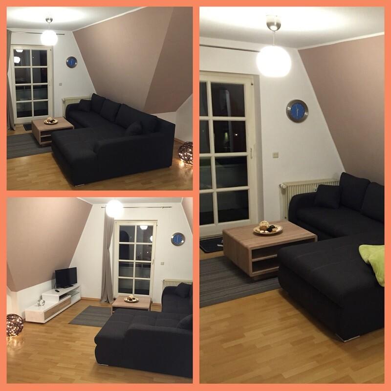 Bilder vom Sofa mit kleinem Tisch, einer Deko-Schale, einer blauen Wanduhr und einem weißen Schrank mit Flachbildfernseher